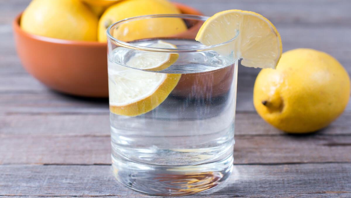 Woda z cytryną na czczo  – czy warto pić?